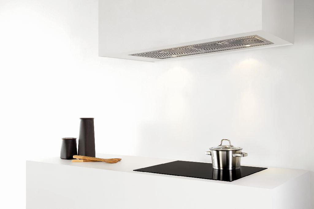 Küche mit Herd und Dunstabzugshaube. Schwarze platte