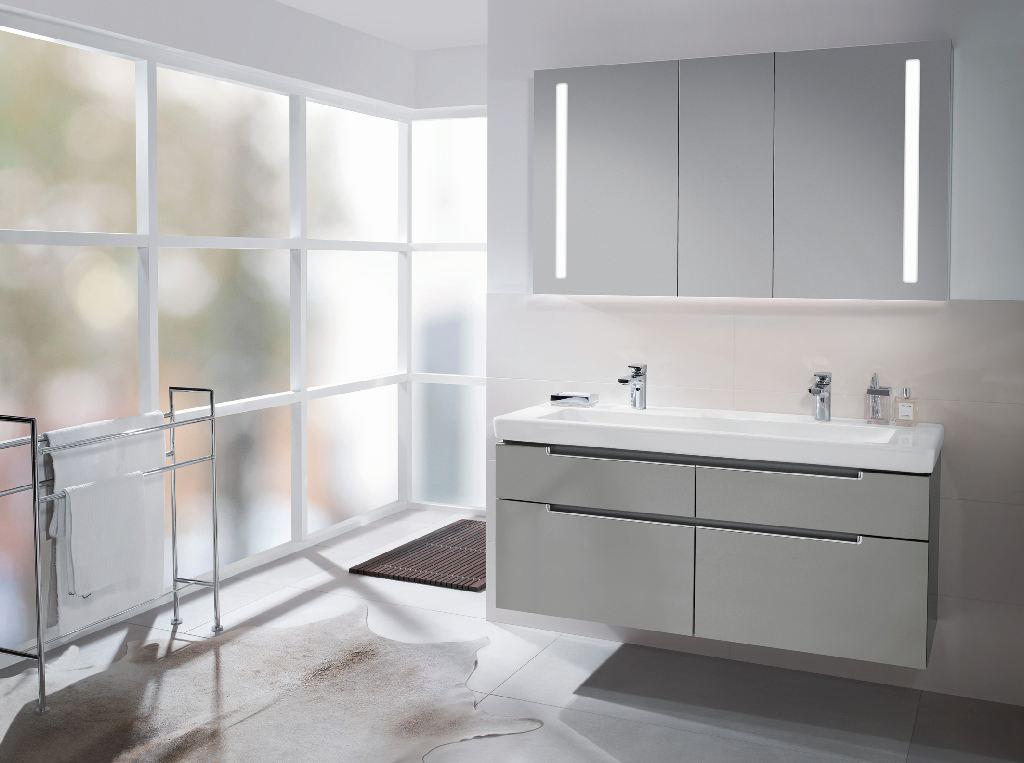 Helles Badezimmer, mit zwei Waschbecken und einer großen Milchglasfront. (Lichtkonzepte im Bad)