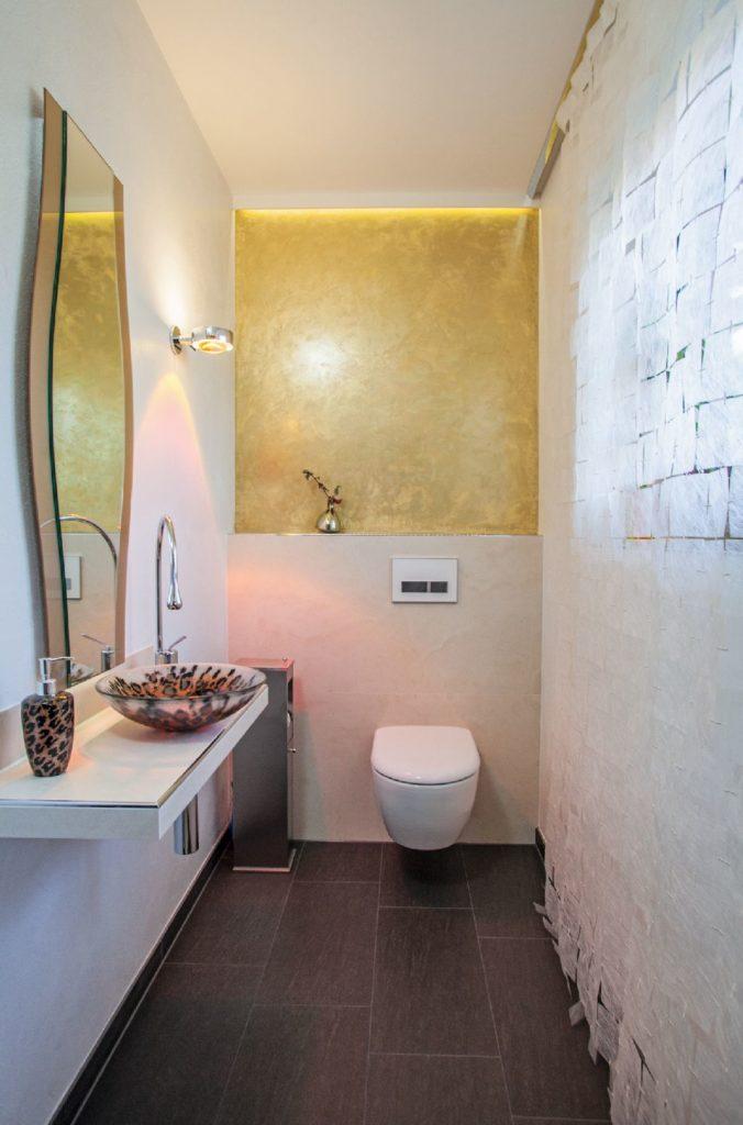 Einladendes Badezimmer. Auf der linken Seite ein Spiegel und ein Waschbecken
