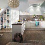 Offene Wohnküche mit weißen Holzschränken und dunklen Boden