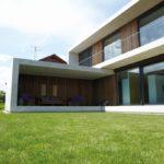 Modernes Einfamilienhaus aus Beton, als Passivhaus konstruiert und gestaltet.