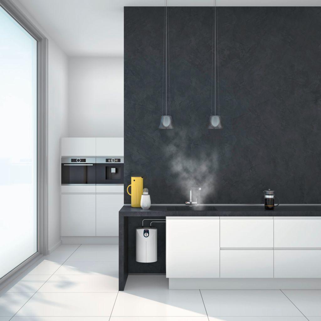 Minimalistische Küche mit weißer Küchenzeile, dunkler Wand und integriertem Speicher unter dem Spültisch für kochendes Wasser zu jeder Zeit, wann immer Sie wollen.