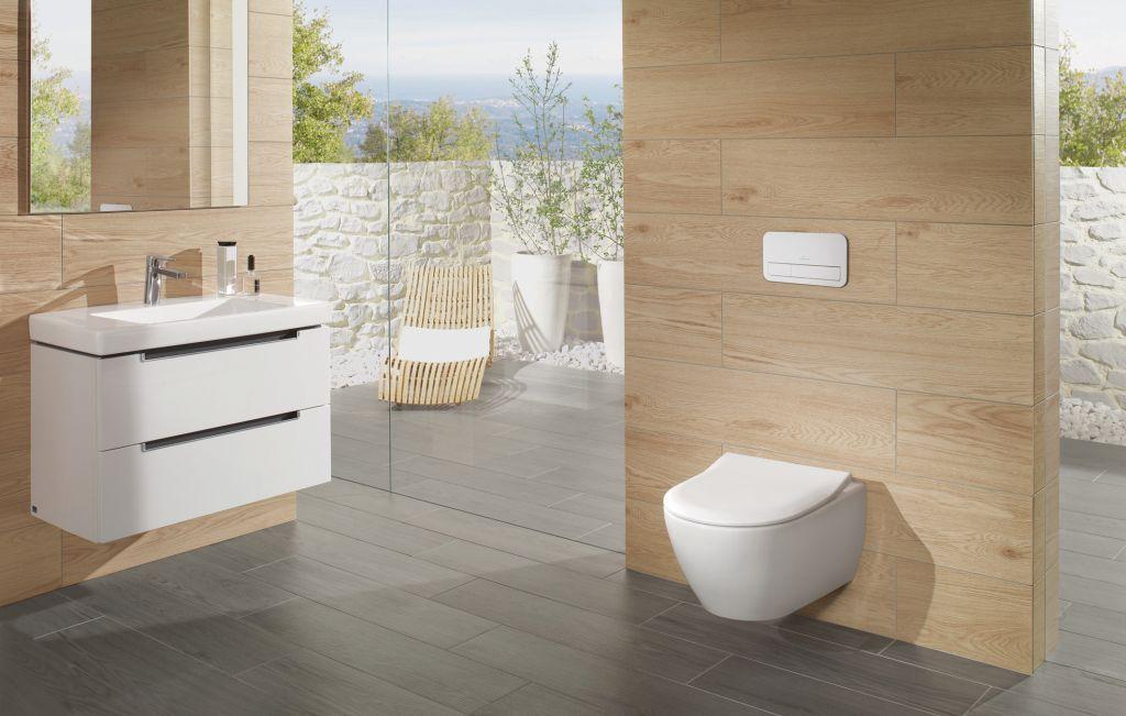 Modernes Bad mit großer Fensterfront und Design-Toilette (WC).