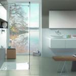 Ein barrierefreies Badezimmer mit einer bodenebenen Duschfläche