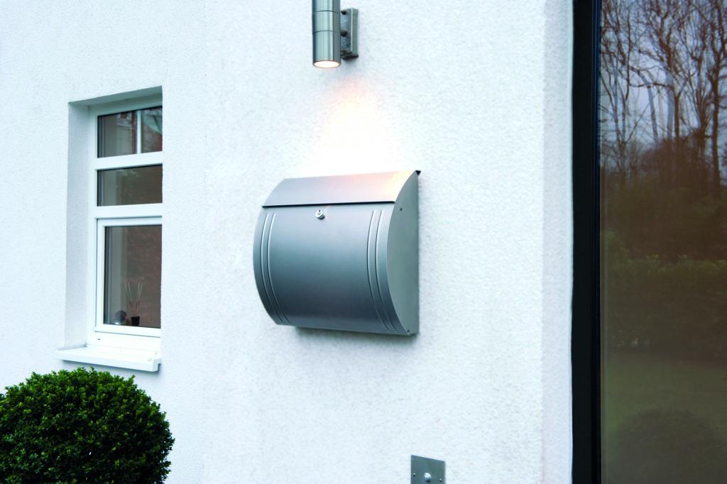Briefkasten im Eingangsbereich neben Haustürr und Fenster. (Montageband für den Außenbereich)