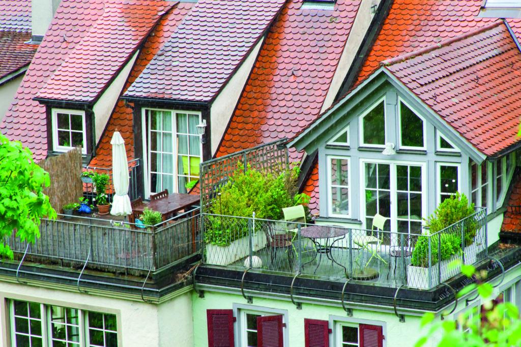 Zwei Dachterrassen mit Gartenstühlen und Gartentisch. (Regenwassernutzung)