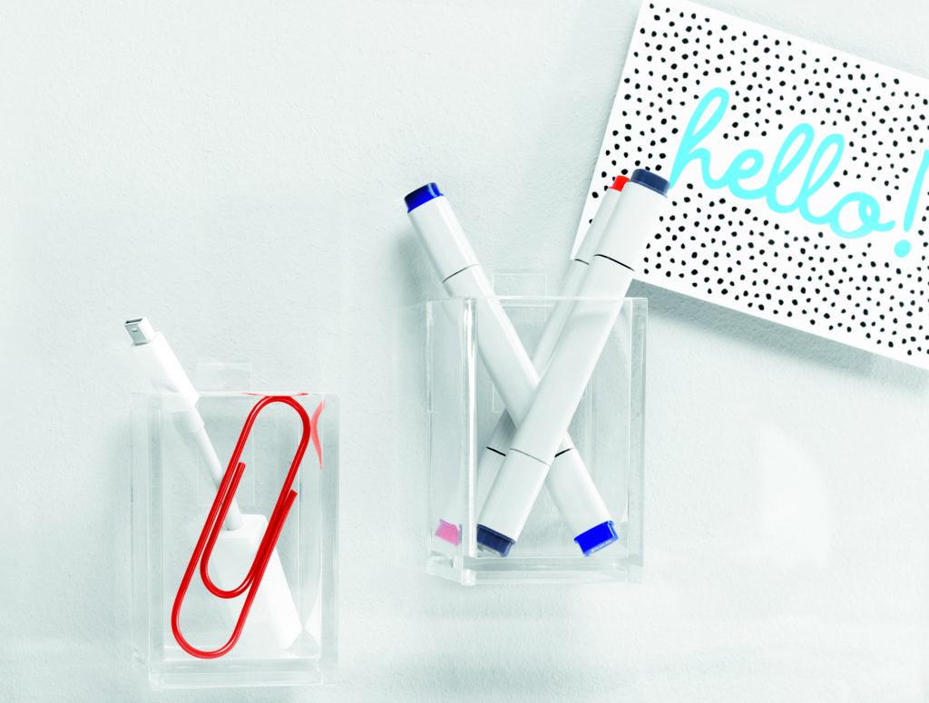 Ordnung im Büro und am Schreibtisch. Unsichtbare Behälter für Stifte, Büroklammern und andere Büromaterialien.