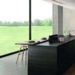 Offener Kochbereich mit Blick aus dem Fenster