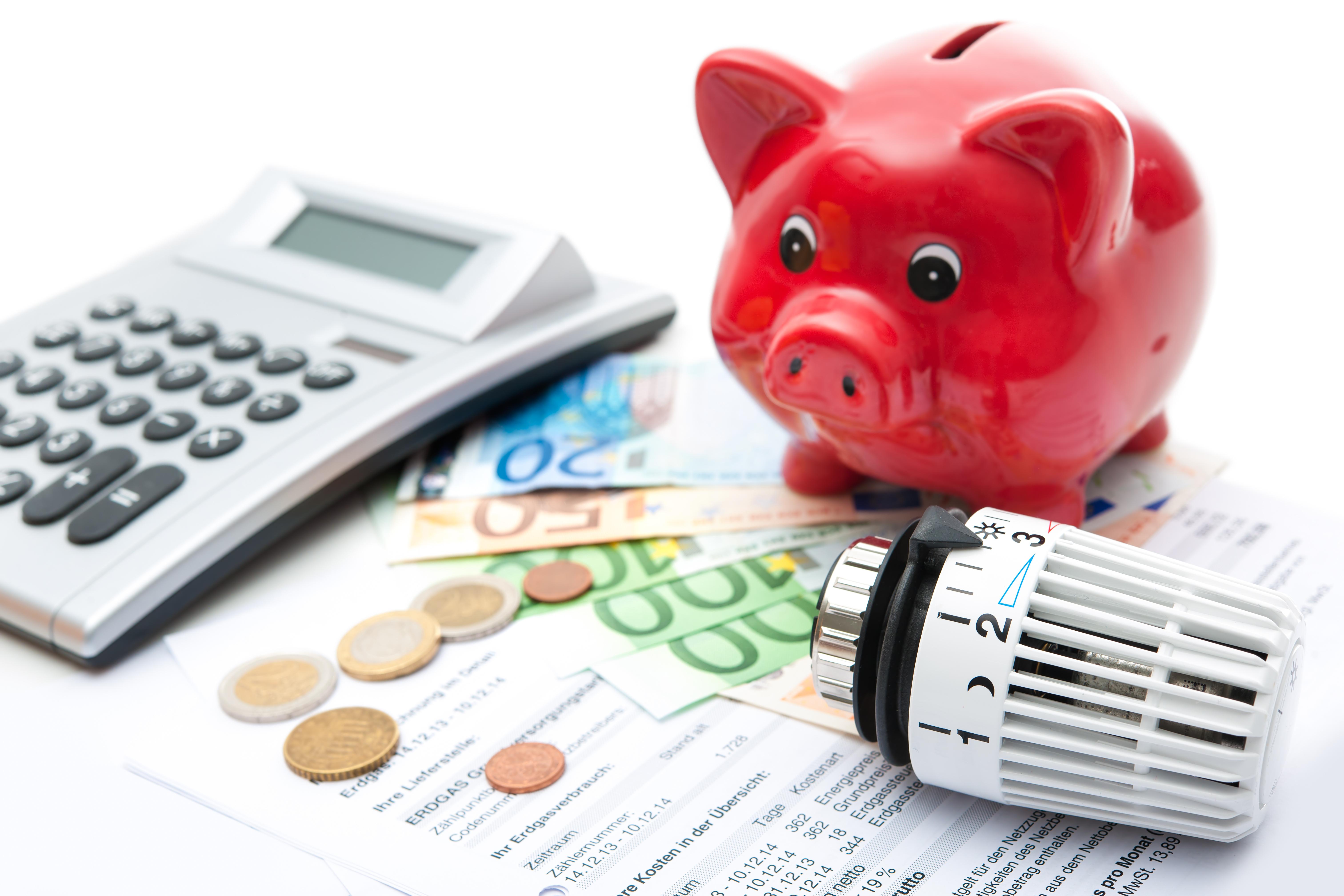 Geld, Taschenrechnern Sparschein, Thermostat und Betriebskostenabrechnungen