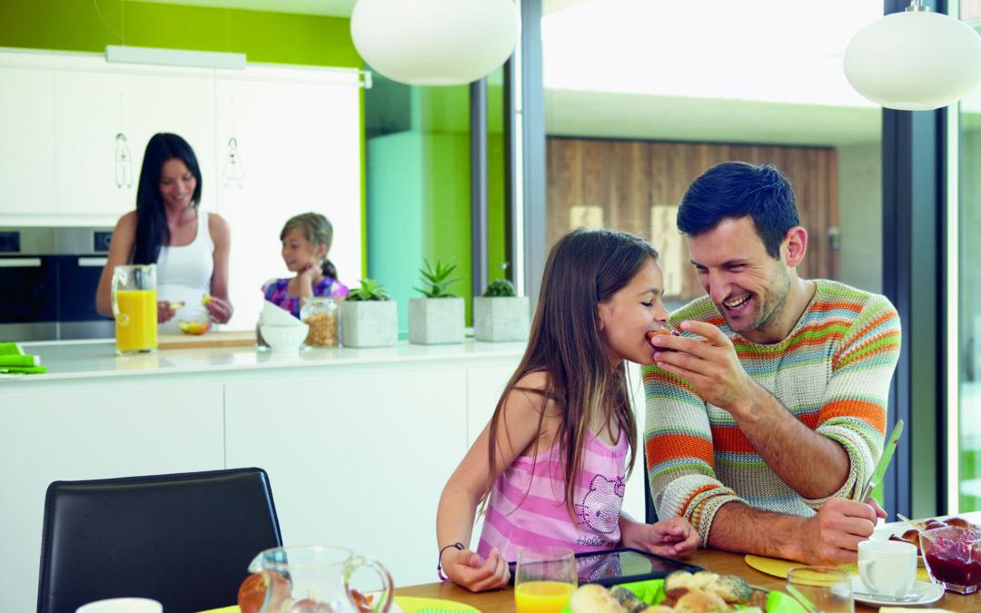 Eine glückliche Familie im Mehrgenerationenhaus