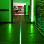 Technik als Lebenshilfe: LED-Leuchten im Fußboden weisen den nächtlichen Weg ins Bad.