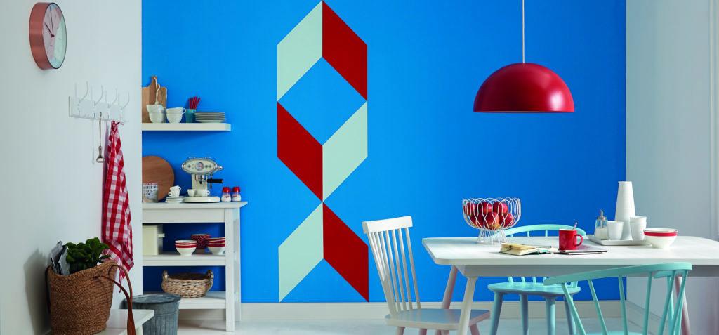Die Küchenwand wurde farblich kreativ gestaltet und die Farbkante sieht besonders sauber aus. Küchenwand mit Rautenmuster.