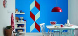 Die Küchenwand wurde farblich kreativ gestaltet und die Farbkante sieht besonders sauber aus.
