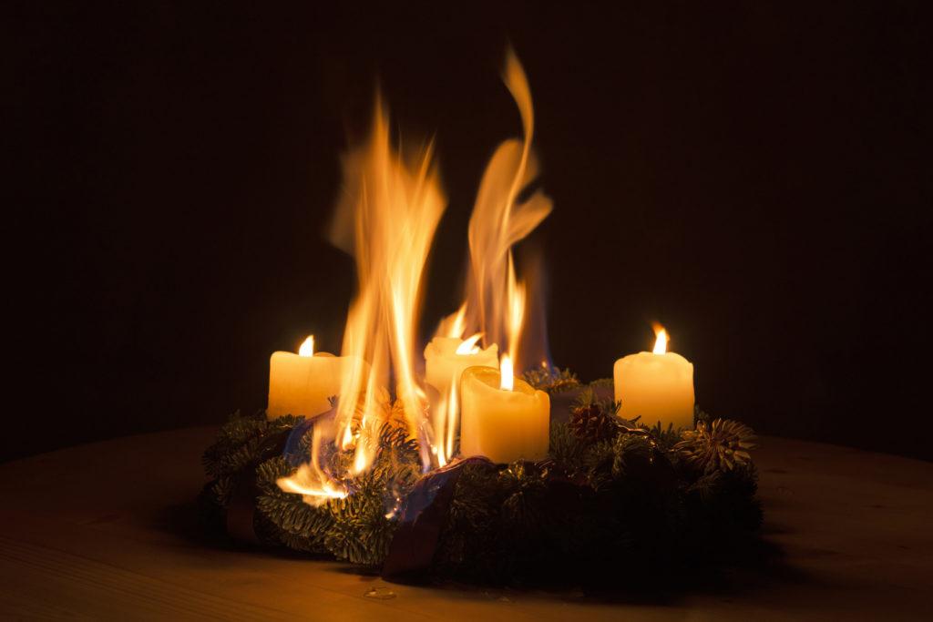 Die Brandgefahr ist zur Weihnachtszeit besonders hoch. Ein Adventskranz hat Feuer gefangen.