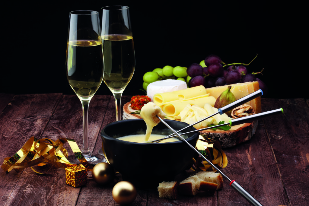 Zwei Weingläser und Käsefondue.