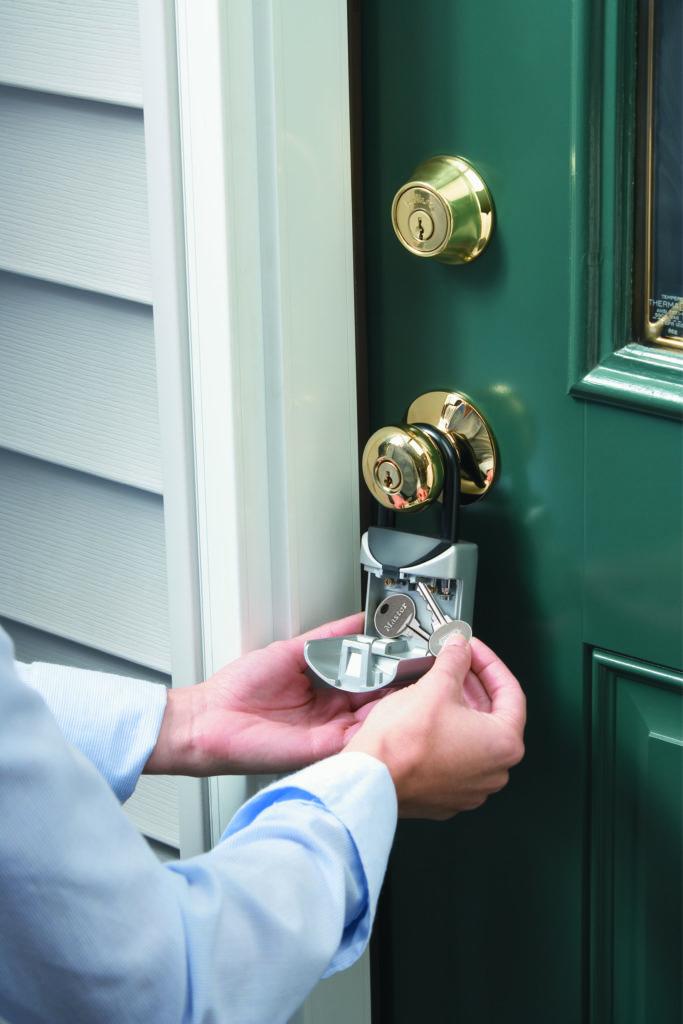 Geöffnete Schlüsselbox mit zwei Schlüssel (Ausgesperrt).