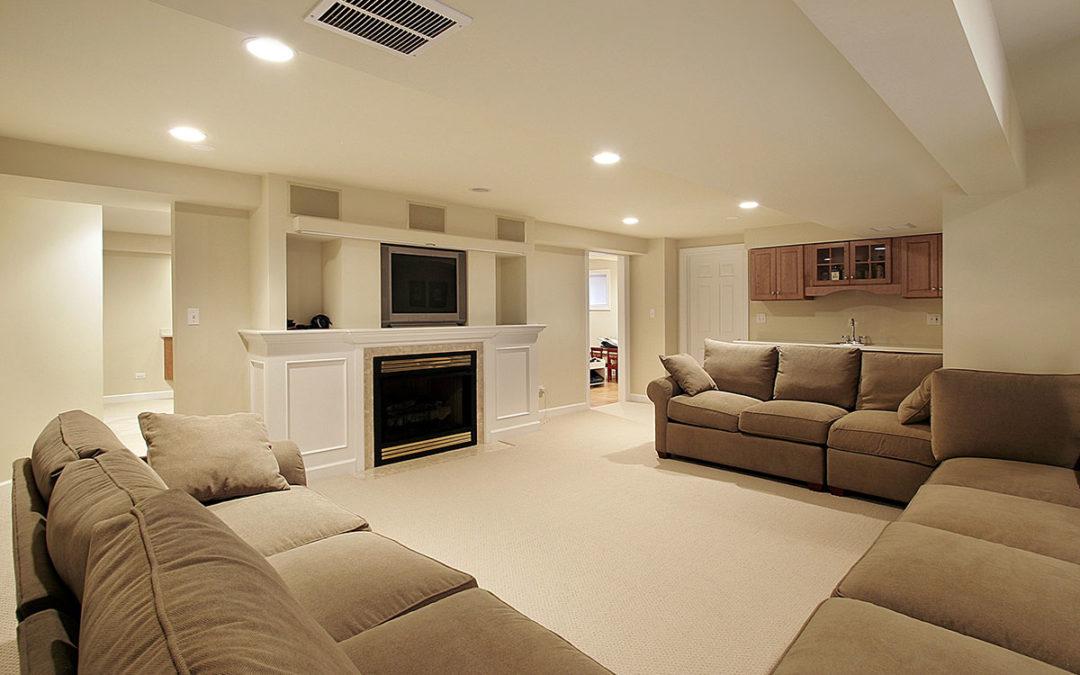 Ein modernes Wohnzimmer in hellen Farben (Keller als Wohnraum).