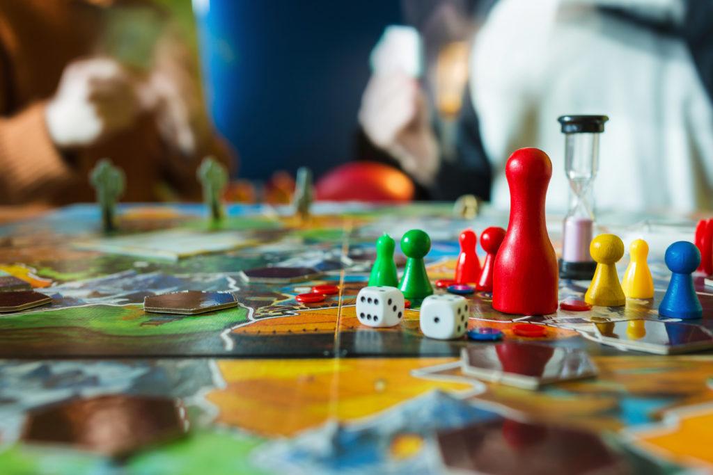 Ein Tisch voller Gesellschaftsspiele. (freiwillige Quarantäne)